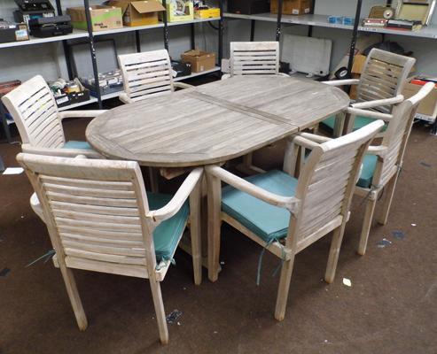 Extendable wooden garden table with 7x chairs