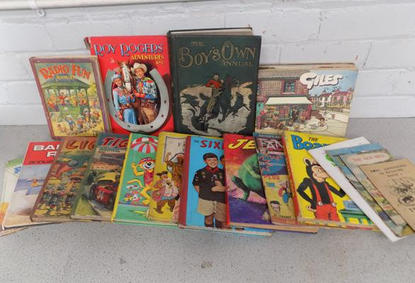 Collection of vintage annuals incl. The Boys Own annual