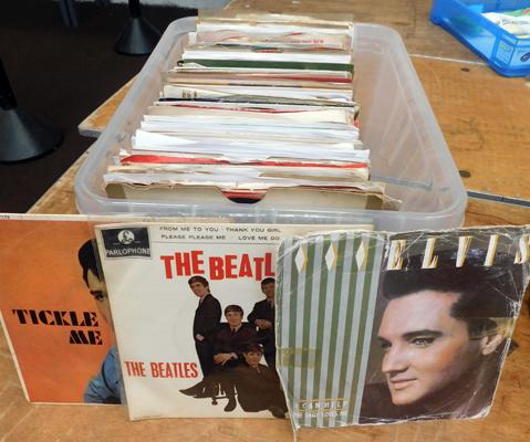 Box of single records, 1960s, incl. Elvis, Beatles etc...