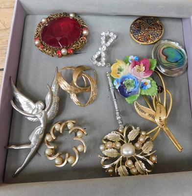 Box of vintage brooches (1 gold on silver)