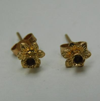 Pair of 9ct gold daffodil earrings