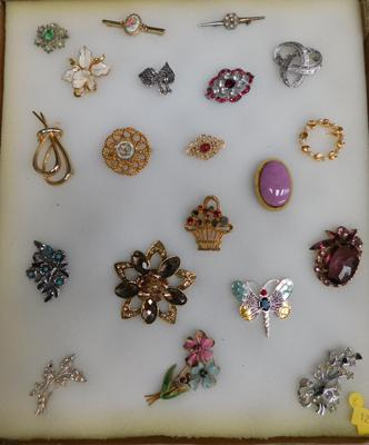 20 Brooches, some vintage