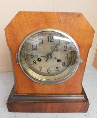 Antique oak cased shelf/mantle clock with key & pendulum