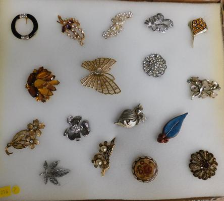 17 Brooches, some vintage