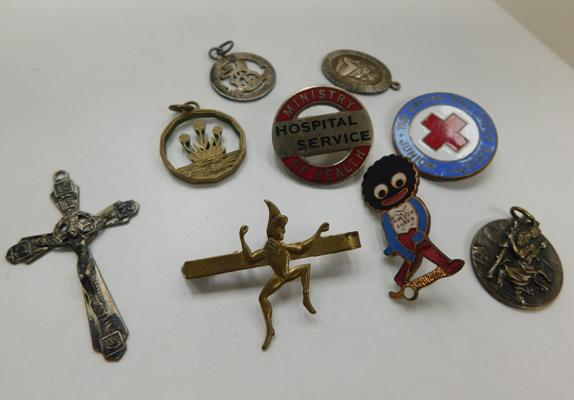 Collection of silver, white metal & enamel badges/pendants. Golly, NHS etc 2x WWI & II trench art coins