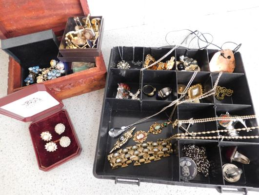Assortment of costume jewellery & vintage jewellery