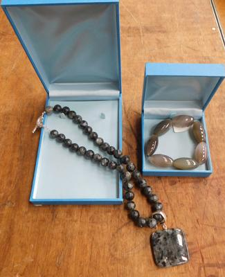 Boxed costume jewellery necklace with pendant & bracelet
