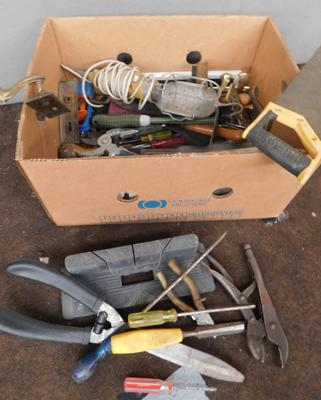Box of tools, incl. pliers, screwdrivers, saw etc...