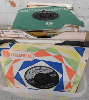 Box of singles, incl. Elvis, Eddie Cochran, Gene Vincent - mostly Rock & Roll