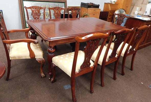 Large extending mahogany table & 8 chairs (with handle, extra leaves)