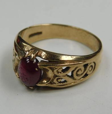 9ct gold ruby cabochon ring - size S 1/2