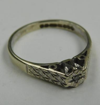 9ct gold diamond solitaire patterned shoulders ring - Size M 1/2