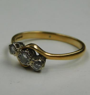 18ct gold diamond trilogy ring - Size Q1/2