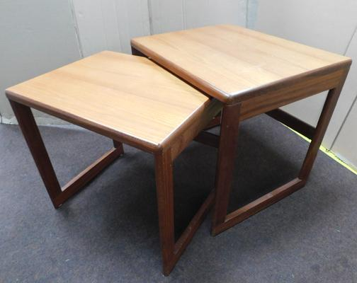 "Pair of mid century retro teak nesting tables (approx 21""x17"" and 19"" x 15"")"