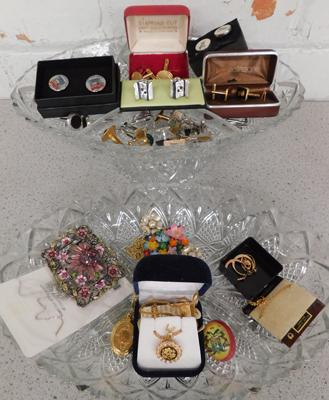 Collection of costume jewellery including cufflinks, Brooches etc.
