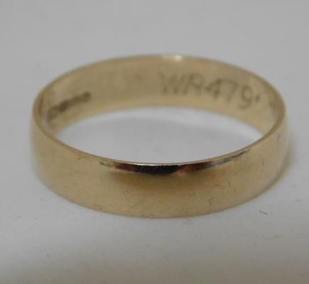 9ct gold wedding band, size M