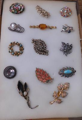 14 vintage brooches
