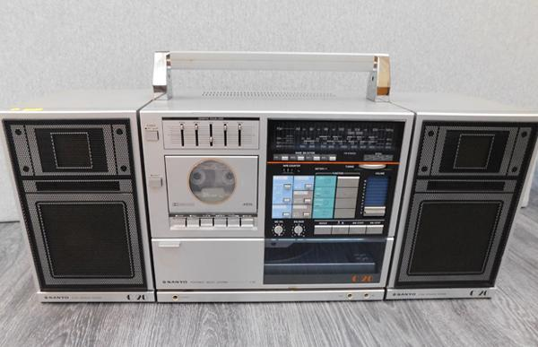 Sanyo portable music system with turntable