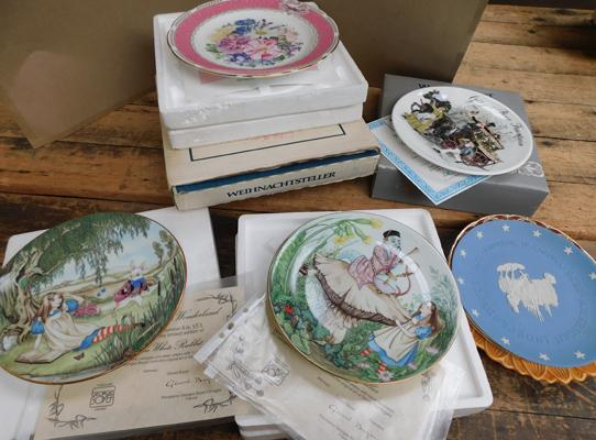 Assortment of collectable plates including Alice in Wonderland with certificates