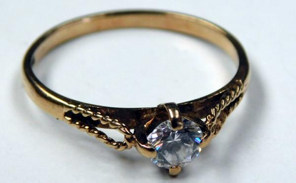 9ct gold solitaire ring - size M 1/2