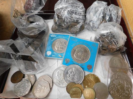 Assortment of collectable coins incl. 3 pence pieces, Churchill coin, one and half pennies etc.