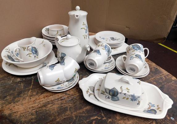 Vintage Sylvac ceramic 1970s dinner set, 34 pieces, all no damage apart from one small chip to cup