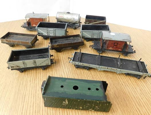 Selection of vintage tin plate 00 gauge wagons