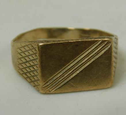 Stamped 375 gold gents signet ring, weight approx 3.1g