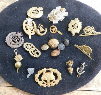 French beret + selection of British Military cap badges, buttons etc...