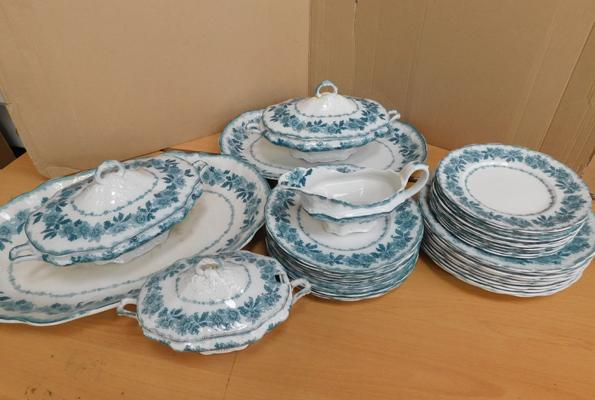 Vintage part dinner set (handle top on turine required)