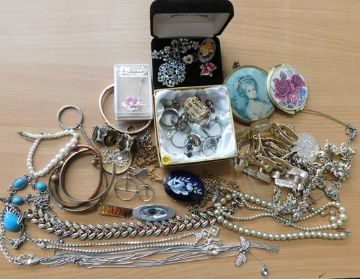 Costume jewellery inc vintage pearls + some silver