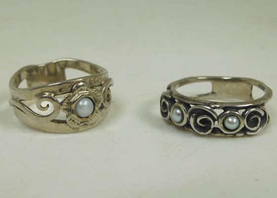 2x Solid silver & pearl rings size Q