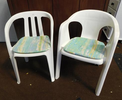 2x Plastic white patio chairs