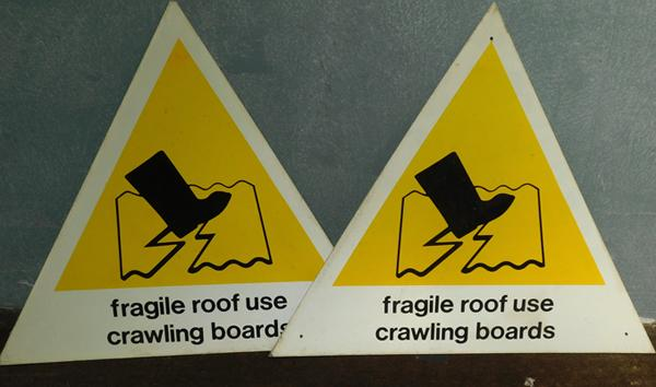 2x Fragile roof boards signs
