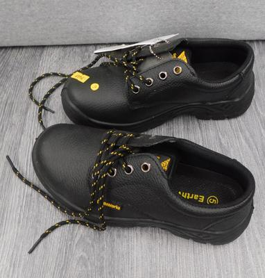Pair of Earthworks work boots, new, size 5
