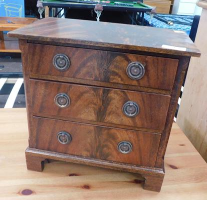 Small table top jewellery drawers