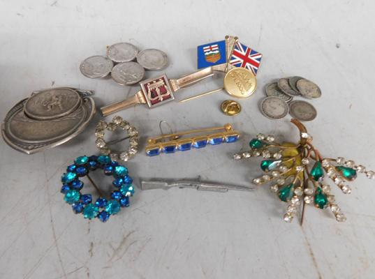 Assortment of vintage brooches, badges, incl. brooch made of farthings & some coins
