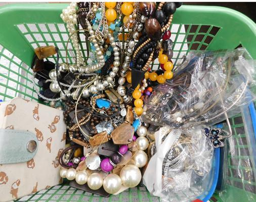 Collection of assorted costume jewellery (good condition)