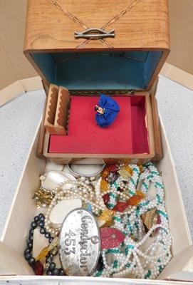 Jewellery box with assorted vintage jewellery