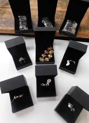 Assortment of new jewellery incl. 3x gents necklaces, bracelet and 5 daughter/son/mum rings - boxed