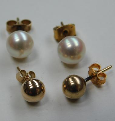 2 Pairs of 9ct gold stud earrings-real pearl & gold balls