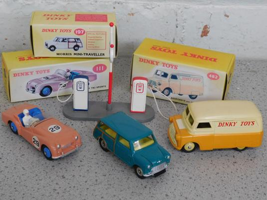 3x Dinky cars with boxes & petrol pump set