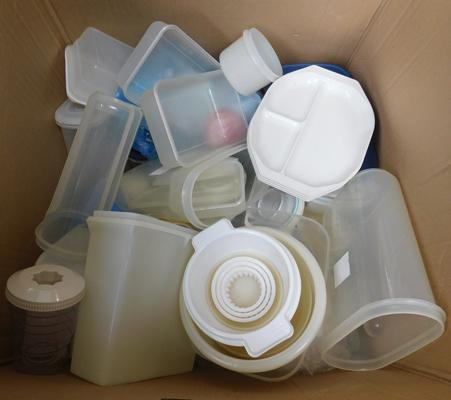 Large box of assorted Tupperware inc lids